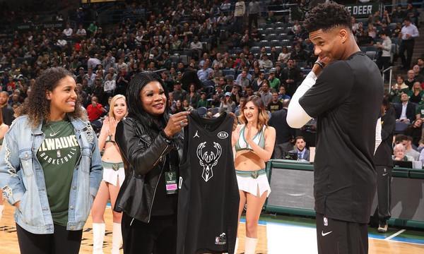 NBA All Star Game: Ο Αντετοκούνμπο πήρε τη φανέλα από τη μητέρα του (video)