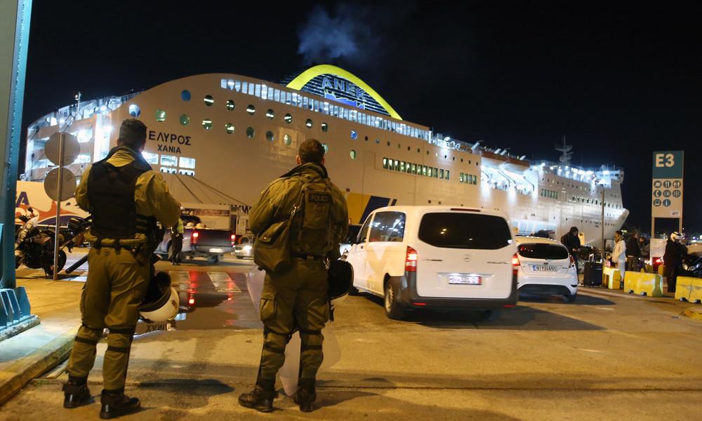 Το Λιμενικό κατέβασε τους οπαδούς της AEK από το πλοίο!