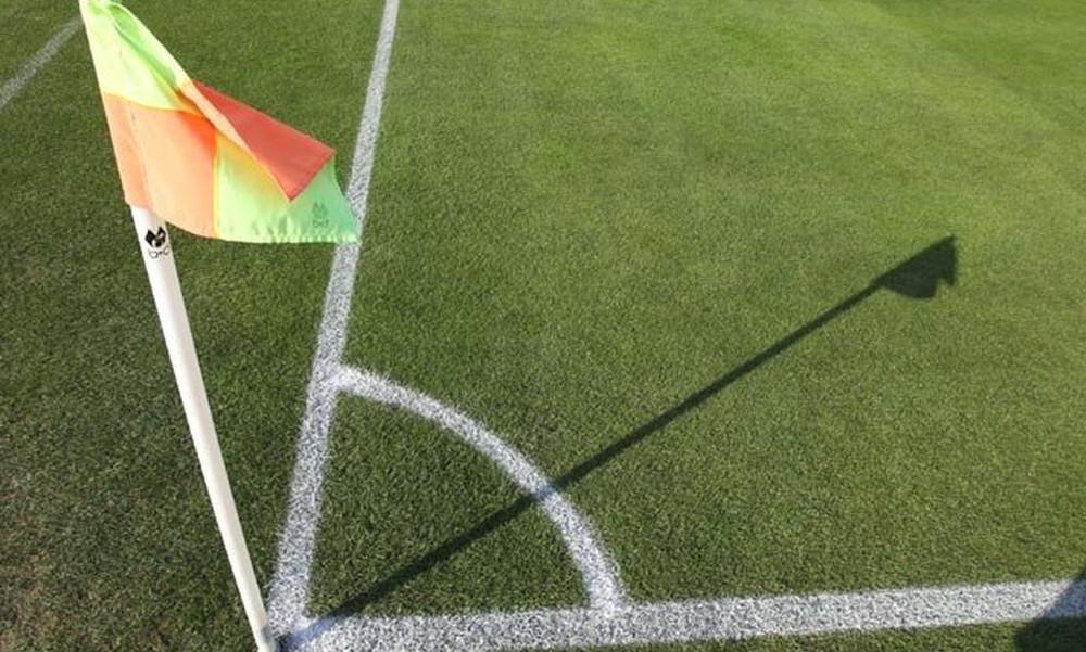 ΑΠΙΣΤΕΥΤΟ! Ποδοσφαιριστής σώθηκε από επεισόδια στο γήπεδο με σημαιάκι του κόρνερ (video)