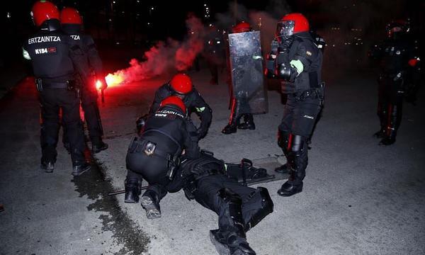Europa League: Η σοκαριστική στιγμή κατάρρευσης αστυνομικού στα επεισόδια στο Μπιλμπάο (pics+vid)