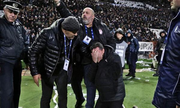 ΠΑΟΚ-Ολυμπιακός: Χαμός στην Τούμπα - Τραυματίστηκε ο Όσκαρ Γκαρθία, διακοπή στο ντέρμπι!