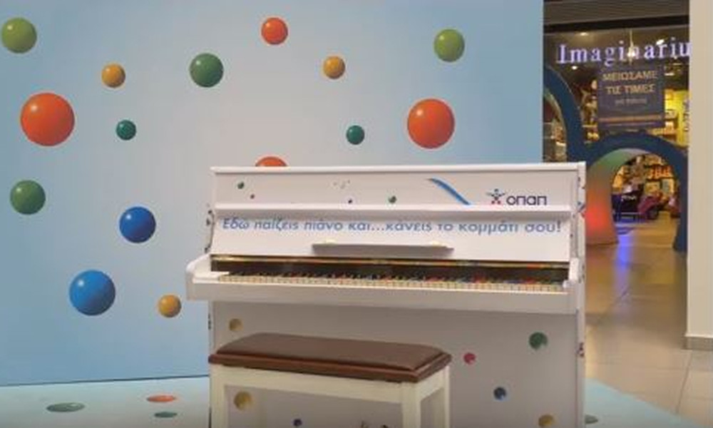 Tι κάνουν τρία πιάνο μόνα τους στους δρόμους της Αθήνας; (video)