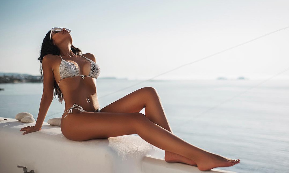 Η Ελληνίδα φοιτήτρια που κολάζει με τις πόζες της!