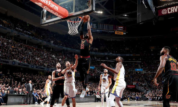 NBA: Η επική καρφωματάρα ΛεΜπρόν που τους σόκαρε όλους! (photo+video)
