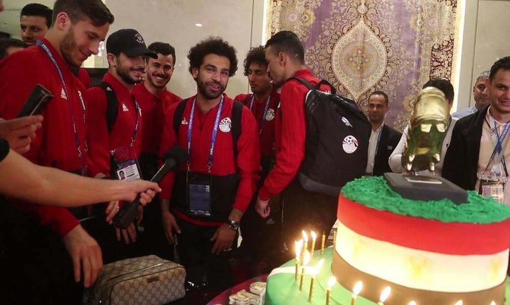 Παγκόσμιο Κύπελλο Ποδοσφαίρου 2018: Τσετσένοι φίλαθλοι γλύκαναν τον Σαλάχ με τούρτα 100 κιλών (pics)