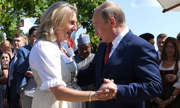 Πούτιν: Ο χορός του Ρώσου προέδρου στο «γάμο της χρονιάς» που έγινε viral (photos+video)