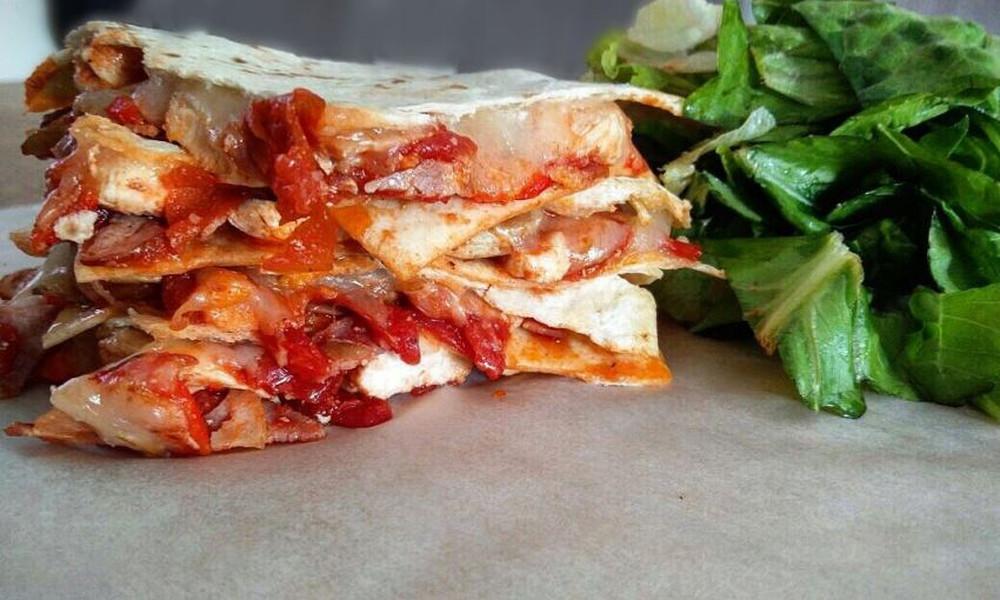 Μεξικάνικες quesadillas με κοτόπουλο & μετσοβόνε