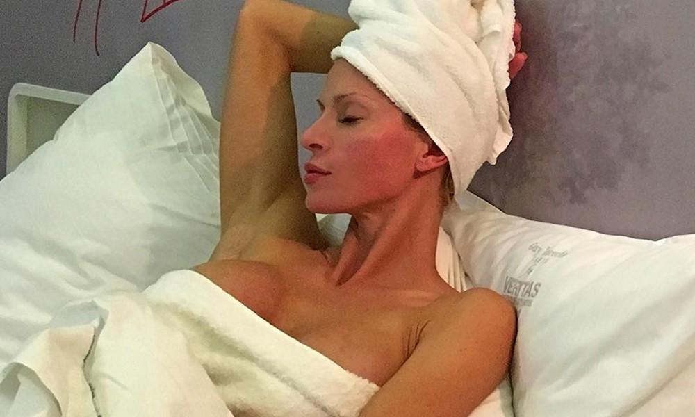 Ελληνίδα μάνα κολάζει γυμνή στην κουζίνα της! (photos)