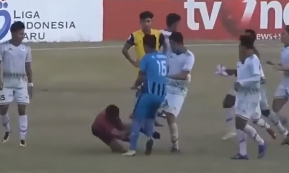 Παίκτες έριξαν τρελό ξύλο σε διαιτητή για πέναλτι! (video)