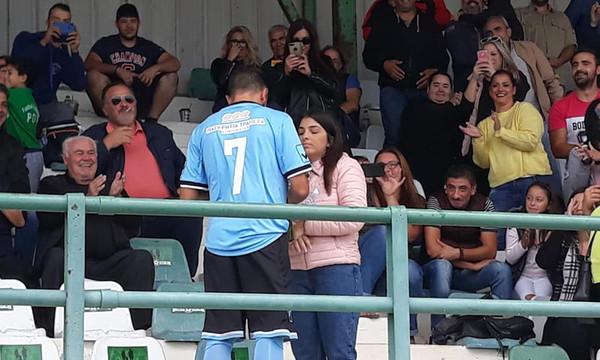Πρόταση γάμου ποδοσφαιριστή πριν από τη σέντρα αγώνα Γ' Εθνικής (photos)