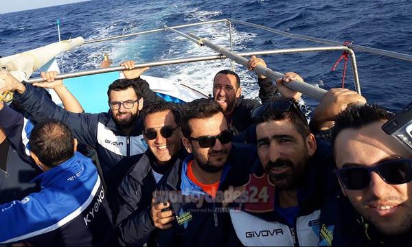 Άλλος με τη βάρκα μας: Ποδοσφαιριστές πηγαίνουν σε ματς τραβώντας… κουπί (photos, video)