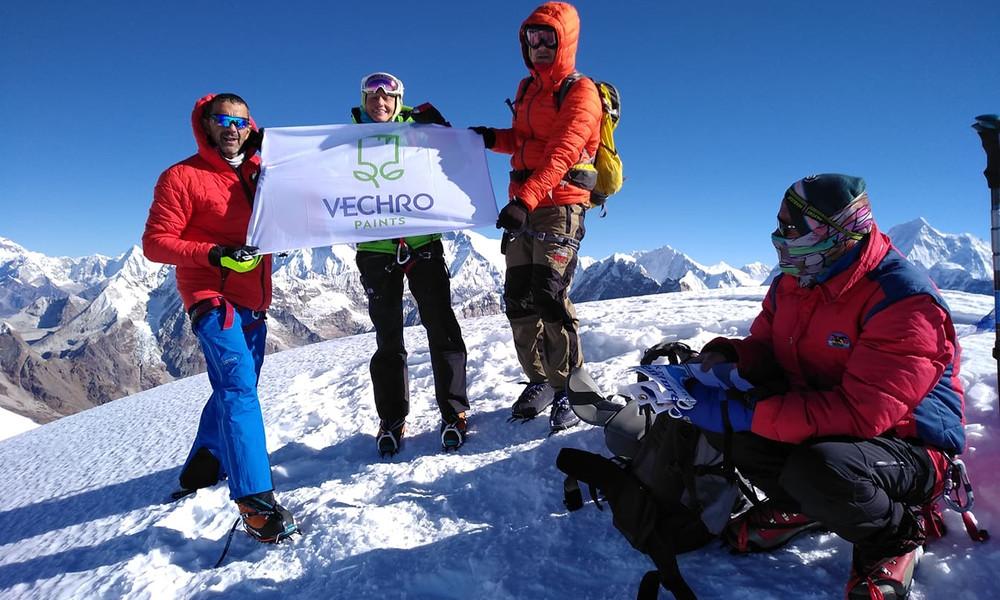 Ο Νίκος Μαγγίτσης ανέβηκε στην Mera Peak κορυφή των Ιμαλαΐων με την VECHRO στο πλευρό του
