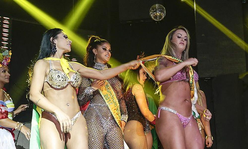 Βραζιλιάνες μοντέλα πλακώνονται στη σκηνή! (photos+vid)