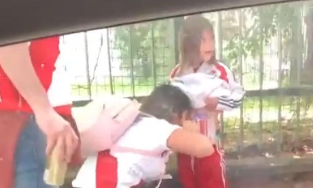 Έζωσαν παιδί με φωτοβολίδες για να τις περάσουν στο Ρίβερ – Μπόκα! (video+photos)