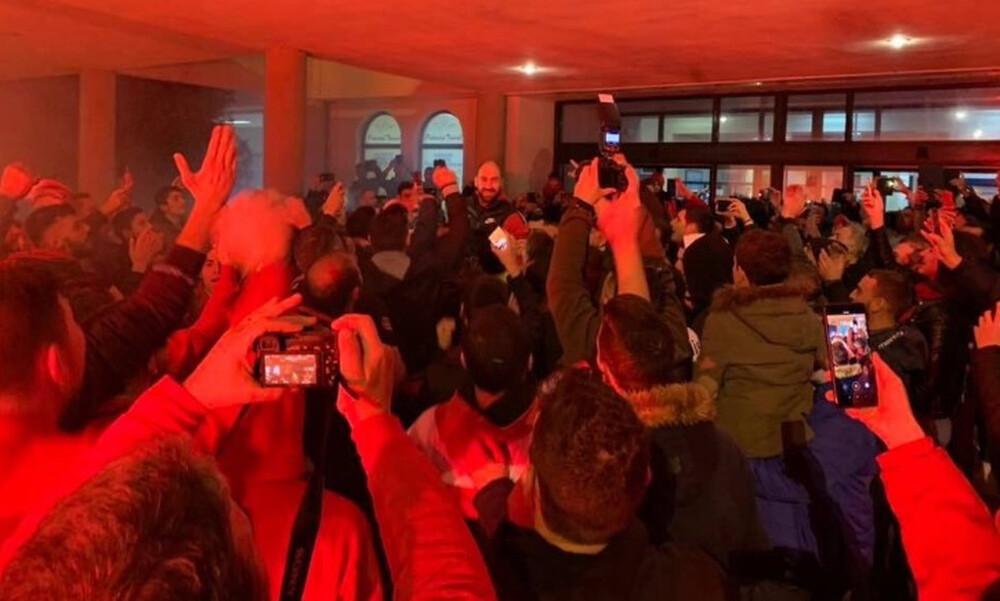 Ολυμπιακός: 500 οπαδοί υποδέχθηκαν την αποστολή στη Λήμνο (photos)