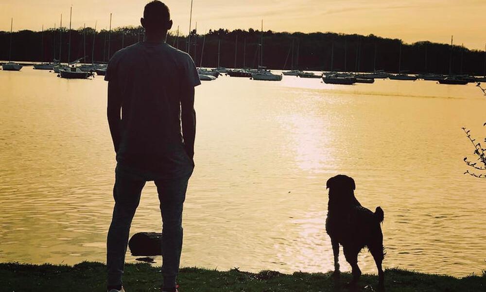 «Ραγίζει καρδιές» η φωτογραφία με το σκυλί που περιμένει τον Σάλα