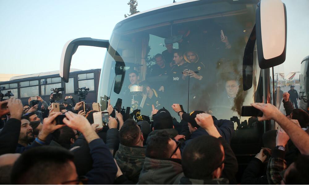 Αποθέωση του κόσμου της ΑΕΚ σε Μάκη Αγγελόπουλο: «Είναι τρελός ο πρόεδρος»