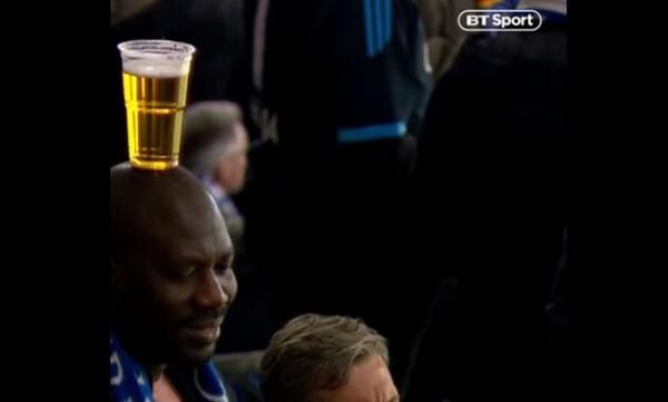 Σε άλλο επίπεδο: Ο φίλος της Σάλκε με τη μπύρα στο κεφάλι! (video)