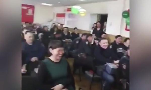 Ρωσίδα αξιωματικός της αστυνομίας οργάνωσε σέξι χορό για την «Ημέρα του Άνδρα» (video)