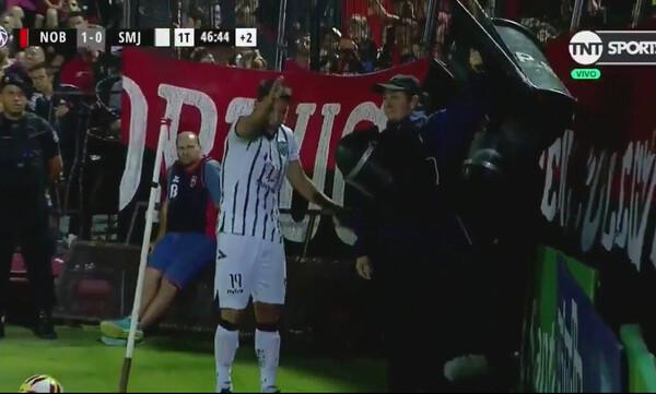Αστυνομικός εμποδίζει ποδοσφαιριστή να εκτελέσει κόρνερ