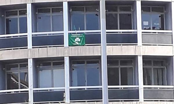 Σημαία του Παναθηναϊκού στο κτήριο απέναντι από τη Μητρόπολη για τον Θανάση Γιαννακόπουλο (video)