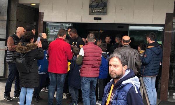 AEK: Αποθέωση της αποστολής κατά την αναχώρηση (photos)