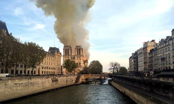 Γαλλία - LIVE: Μεγάλη φωτιά στην Παναγία των Παρισίων - Κατέρρευσε το καμπαναριό