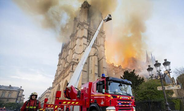 Παναγία των Παρισίων: Χτίστηκε σε 2 αιώνες, κάηκε σε 65 λεπτά - Σοκάρουν οι εικόνες