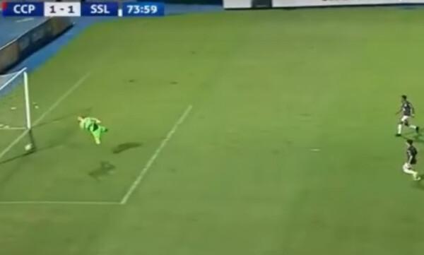 Απίστευτο! Μέτρησε γκολ με τη μπάλα ένα μέτρο έξω! (video)