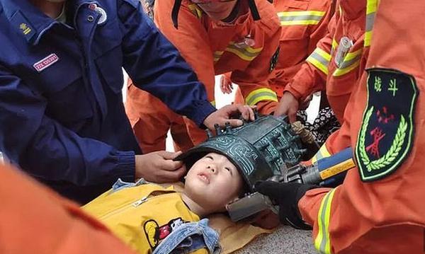 Παιδί έβαλε το κεφάλι του σε καμπάνα και κόλλησε! (video)