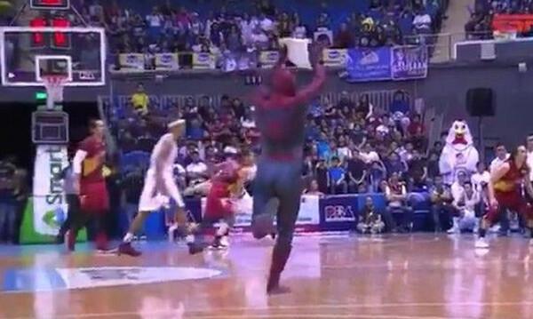 Απίθανο ντου του Spiderman σε αγώνα μπάσκετ στις Φιλιππίνες (video)