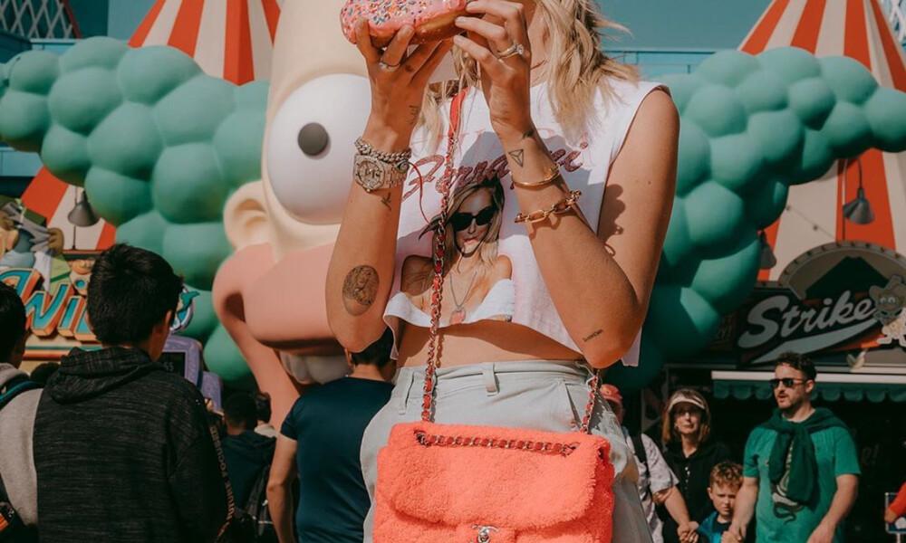H διάσημη blogger προκαλεί δείχνοντας το στήθος της