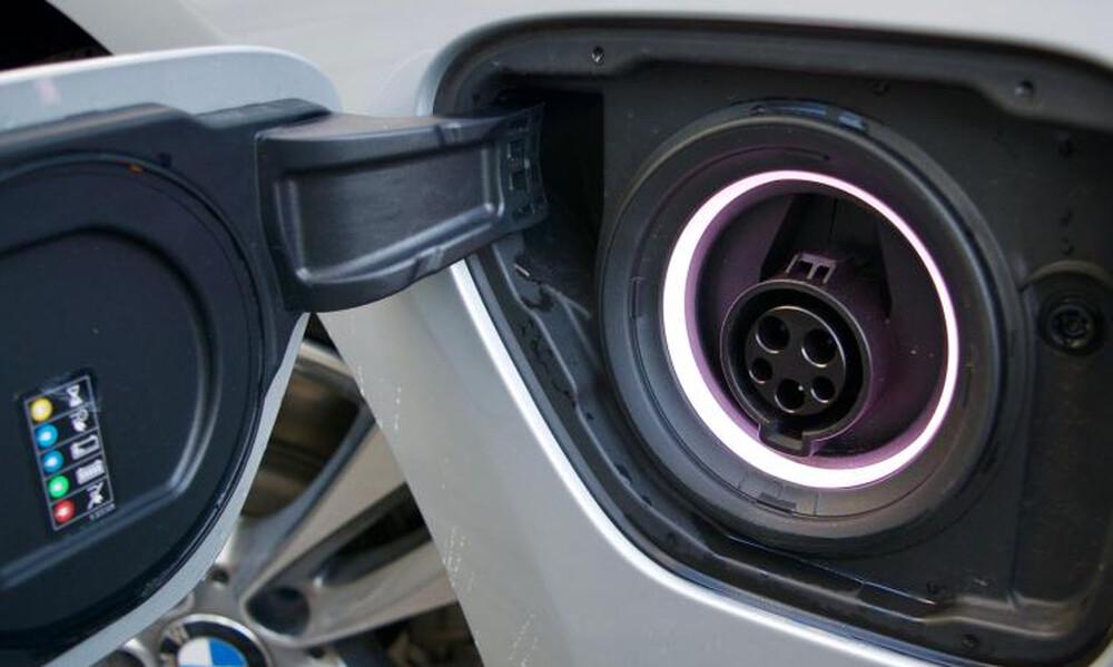 Η BMW θέλει να βελτιώσει την εικόνα των υβριδίων plug-in