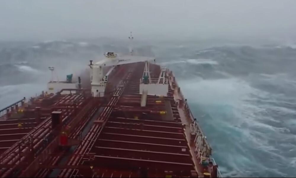Τρομακτικές εικόνες: Άγρια κύματα «καταπίνουν» πλοία! (video)