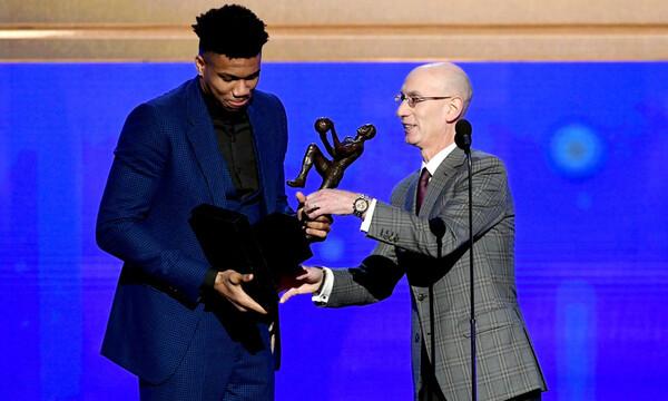 NBA: Η βράβευση και λόγος του Γιάννη Αντετοκούνμπο (video)
