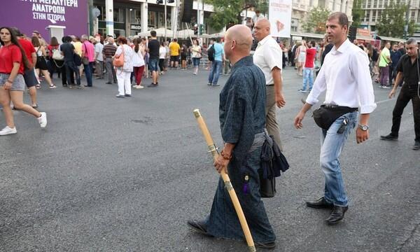 «Πανικός» την ομιλία Τσίπρα: Απομακρύνθηκε... σαμουράι (pics)