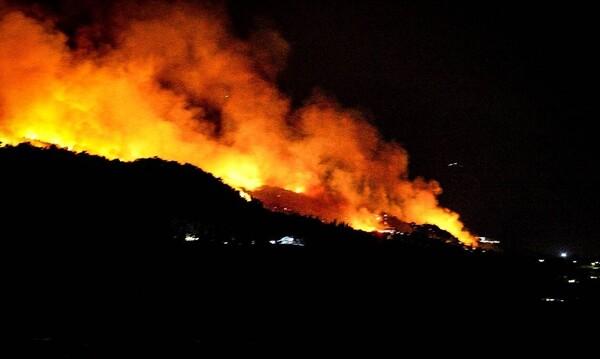 Φωτιά Εύβοια: Συνεχίζεται η μάχη με τις φλόγες για δεύτερη νύχτα (photos+video)
