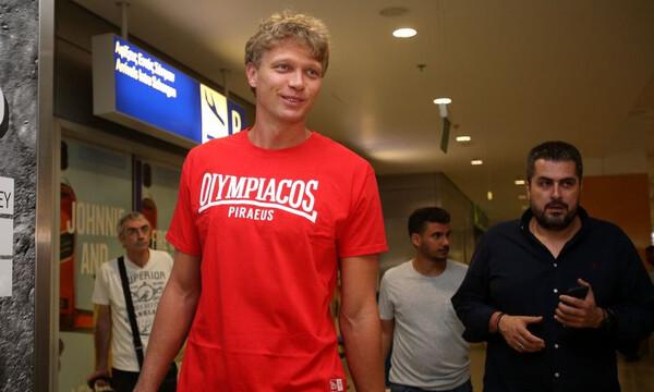 Έφτασε ο... καθυστερημένος Κουζμίνσκας για τον Ολυμπιακό