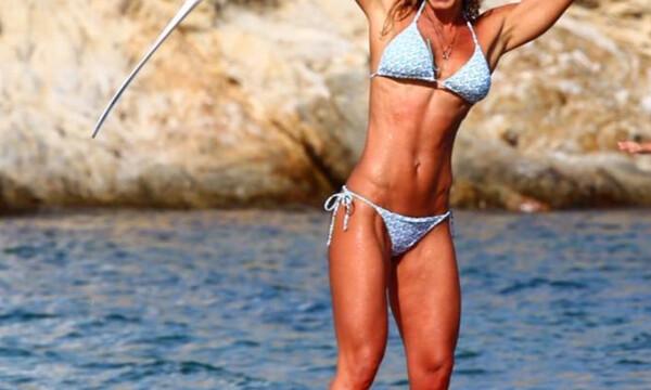 Ελληνίδα παρουσιάστρια κάνει SUP και τρελαίνει το Instagram με το κορμί της (pics)