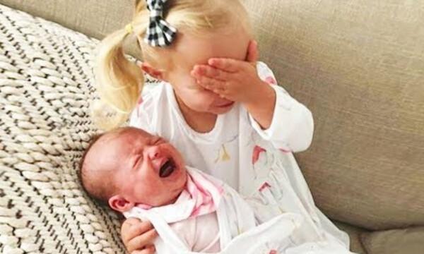 Βλέπουν για πρώτη φορά το αδελφάκι τους και οι αντιδράσεις τους είναι όλα τα λεφτά (vid)