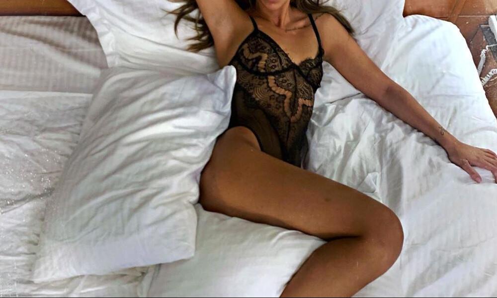 Η πιο πολυσυζητημένη παίκτρια του GNTM μόνο με τα εσώρουχα στο κρεβάτι (photos)