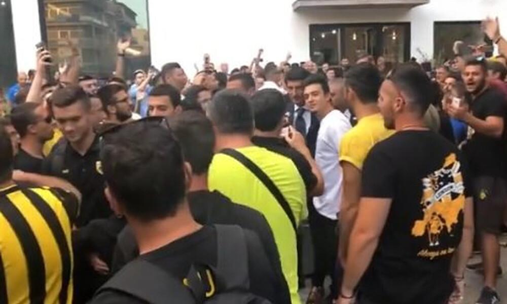 ΑΕΚ: Αποθέωση κατά την αποχώρηση από το ξενοδοχείο στην Τρίπολη (video)