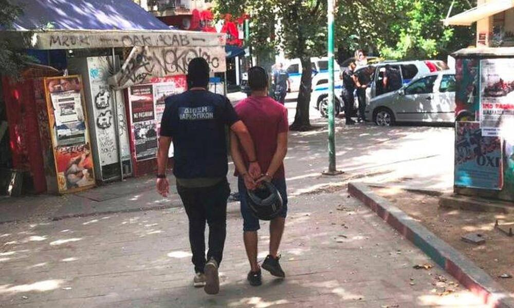 Ντοκουμέντο: Συλλαμβάνουν διακινητές ναρκωτικών στα Εξάρχεια