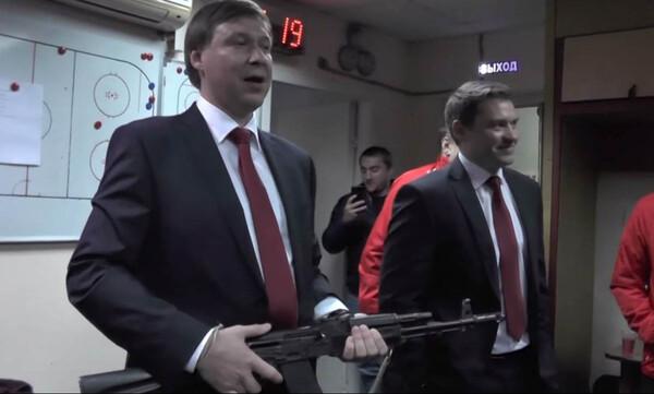 Απίστευτο! Προπονητής μπήκε στα αποδυτήρια με καλάσνικοφ! Δεν φαντάζεστε τον λόγο! (photos+video)