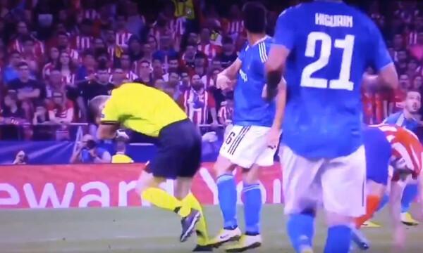 Μυθικό σκηνικό στο Champions League, διαιτητής έφαγε τη μπάλα στο κεφάλι! (video+photo)