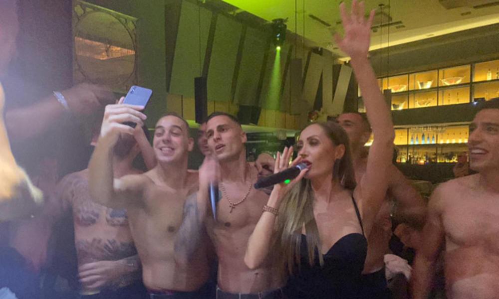 ΑΕΚ: Χόρευαν και έβριζαν Ολυμπιακό στο πάρτι του Βράνιες! (video)