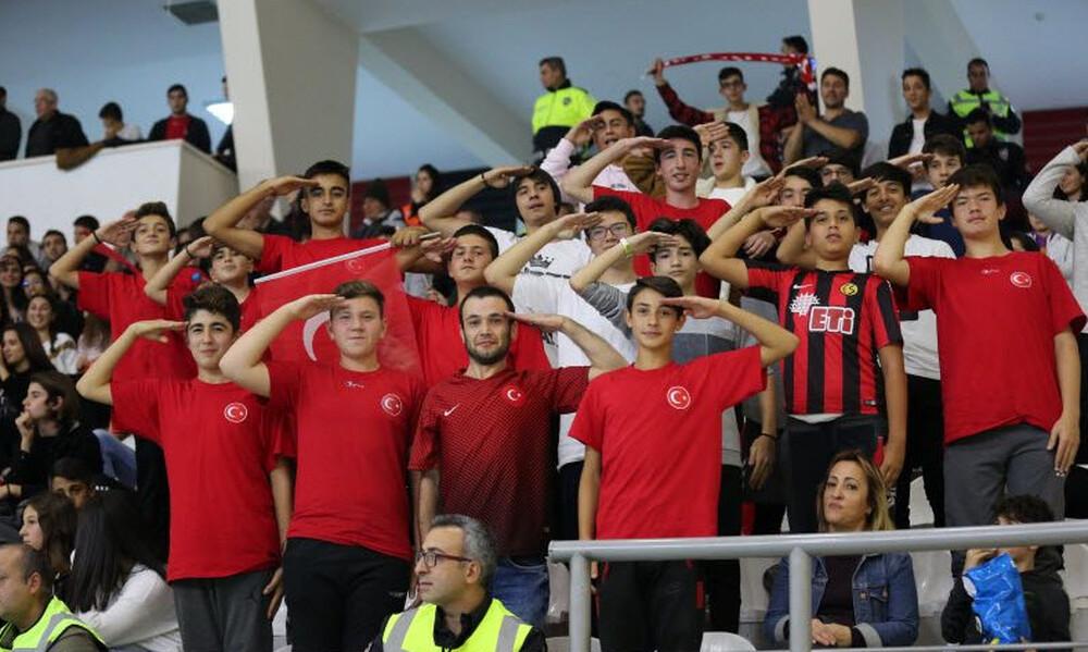 Πρόκληση: Τούρκοι παίκτες ελληνικών ομάδων χαιρετούν στρατιωτικά! (video+photos)