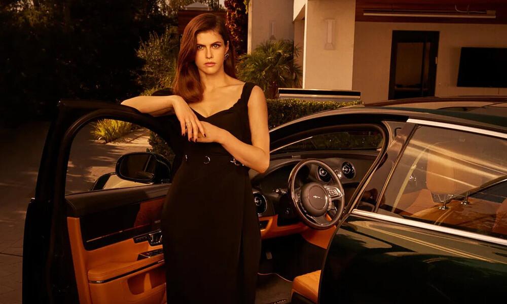 Μόνο η Alexandra Daddario θα μπορούσε να παρουσιάσει τη νέα Jaguar