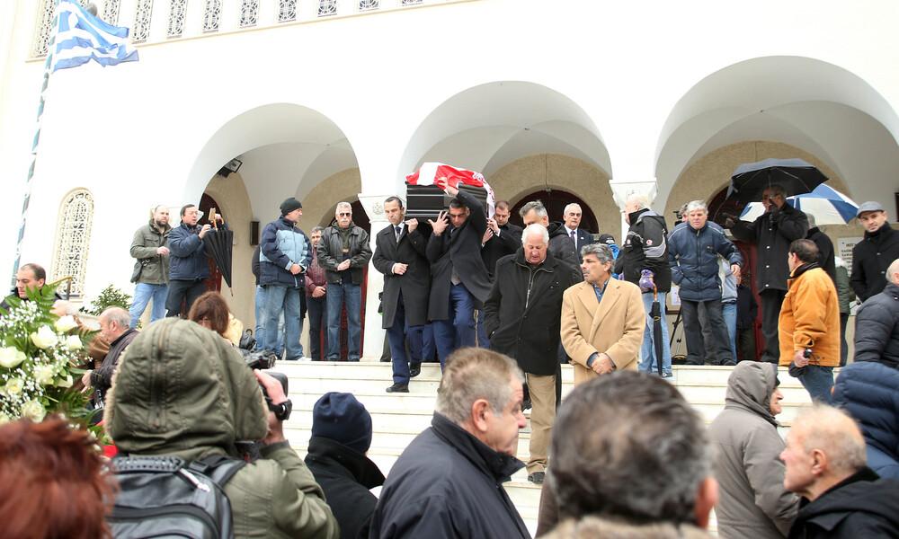 Συγκίνηση στην κηδεία του Ηλία Ρωσίδη – Με τη σημαία του Ολυμπιακού στην τελευταία κατοικία (photos)