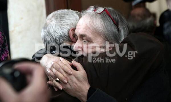 Κηδεία Μικρούτσικου: Ράκος ο Ανδρέας Μικρούτσικος στο τελευταίο αντίο στον αδελφό του (photos)